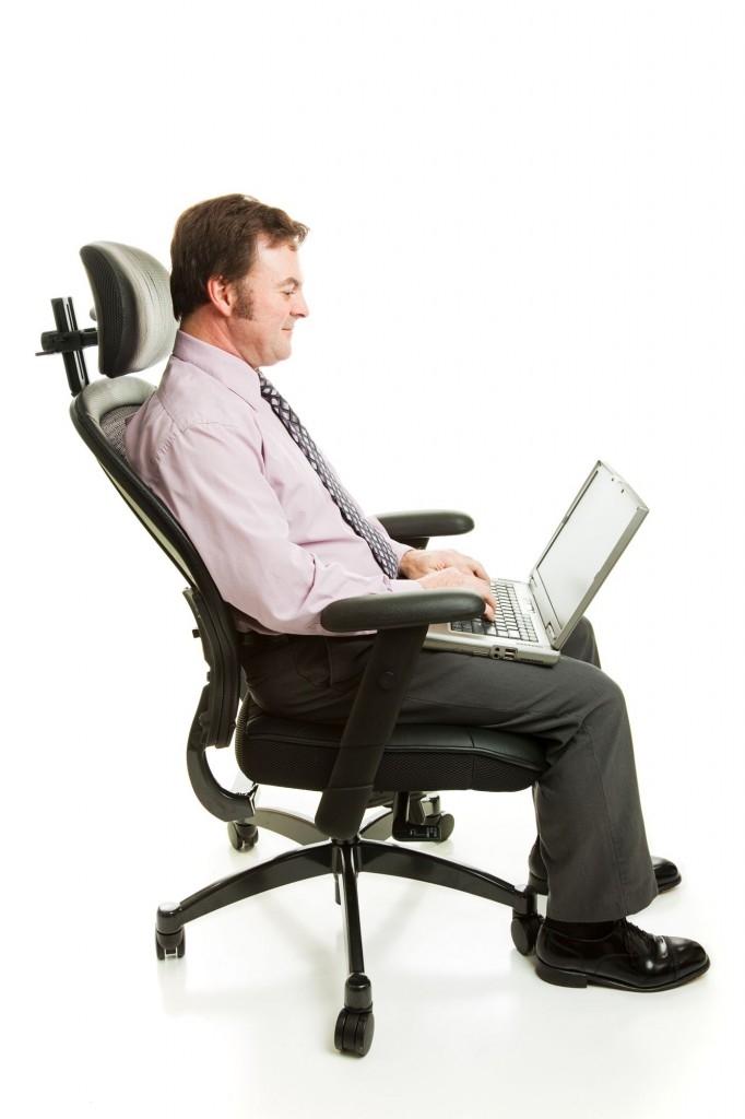 Vyberte si takovou pracovní židli, aby vás při sezení nebolela záda