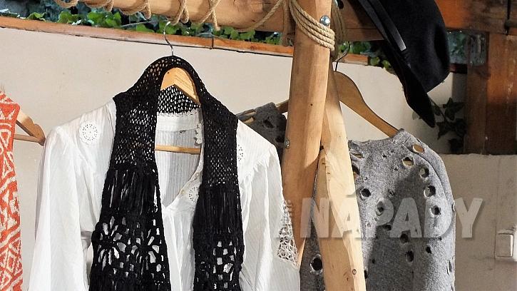 Jak vyrobit stojan na šaty z větví: k zavěšení ramínek použijeme provaz