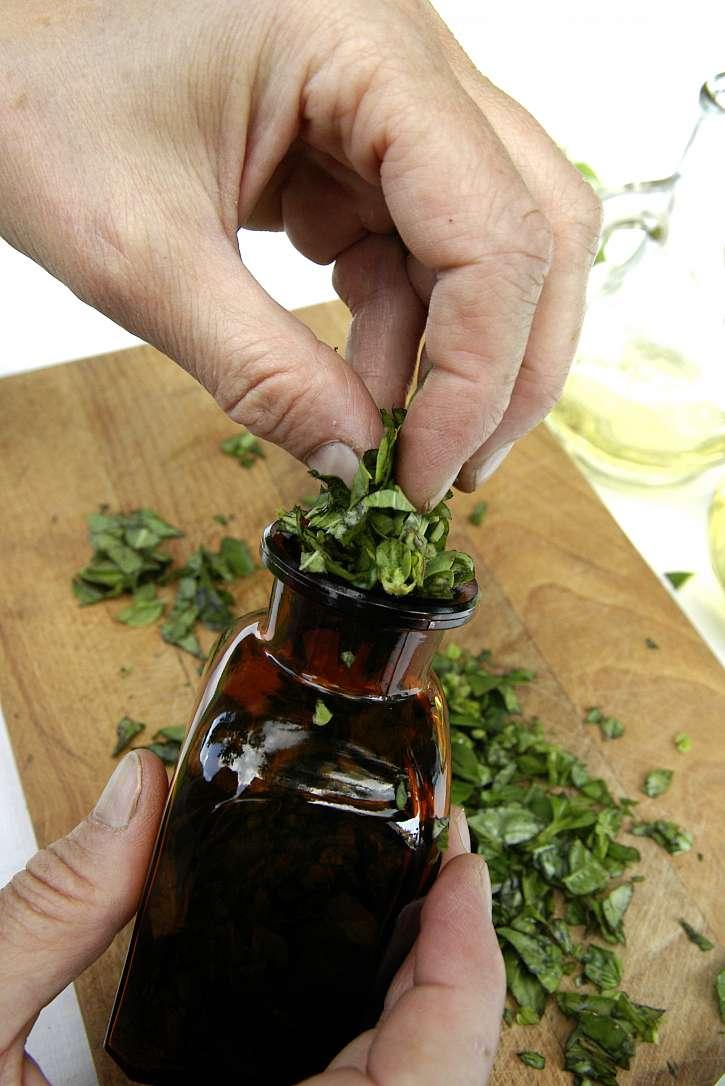 Nakládání bylin do oleje