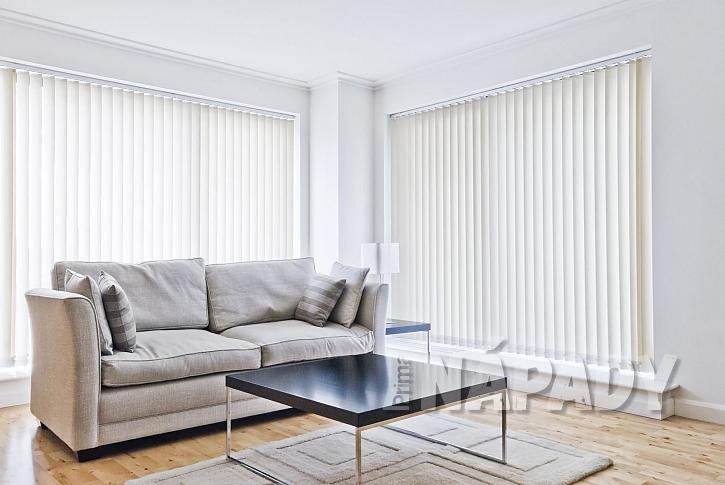 Vertikální žaluzie v obývacím pokoji