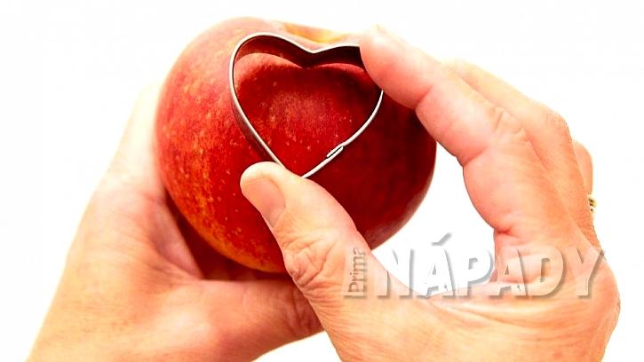 Vánoční svícen a váza z jablek: formičkou vykrojte srdce