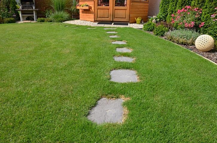 Zahradní cestičky zvládnete i svépomocí (Zdroj: Presbeton)