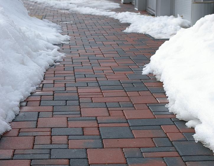Úprava pochozích ploch v zimě, aneb solit, či nesolit betonovou dlažbu?