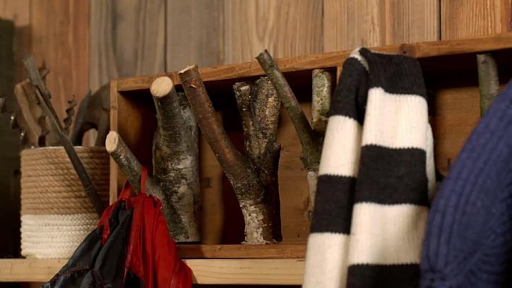 Vyrobte si věšák na kabáty z truhlíku a několika větví