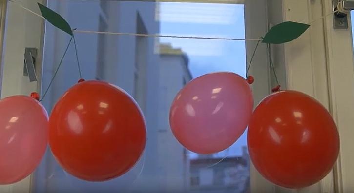 Třešňová girlanda z nafukovacích balonků