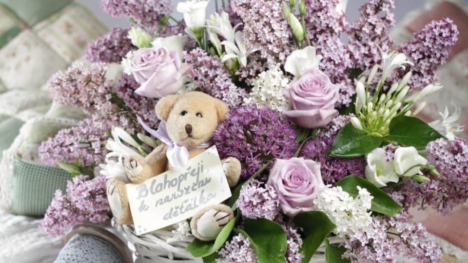 Jak vyrobit dárek šťastným rodičům k narození děťátka: Květinový koš s medvídkem