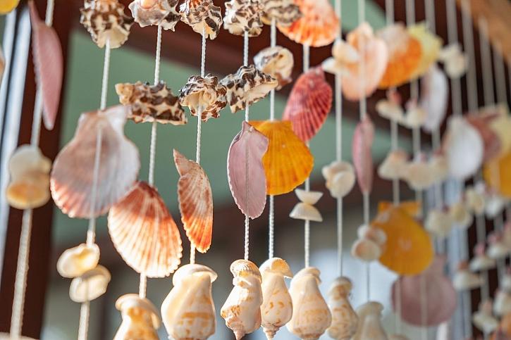 Dekorace z mušlí je krásnou ozdobou i připomínkou dovolené u moře (Zdroj: Depositphotos)