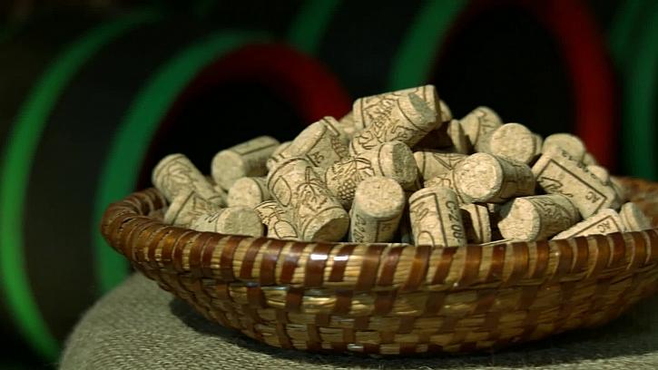 Víte, jak si vyrobit stojánek z korkových zátek? (Zdroj: Stojánek na ubrousky z vinných zátek)
