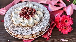 Šlehačkový dort s višněmi a čokoládou: Sladké přeje lásce
