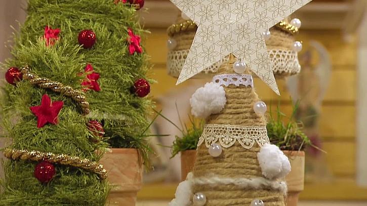 Jak vyrobit dekorativní vánoční stromeček z mechu a provázků
