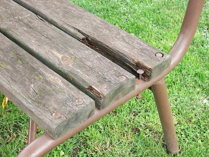 Znovuzrozená zahradní lavice