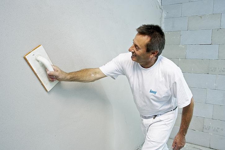 Muž u bílé zdi