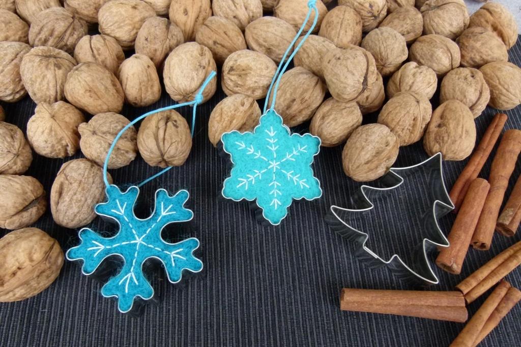 Vločky z vlny: Vánoční ozdoby z vlněného rouna a formiček na cukroví