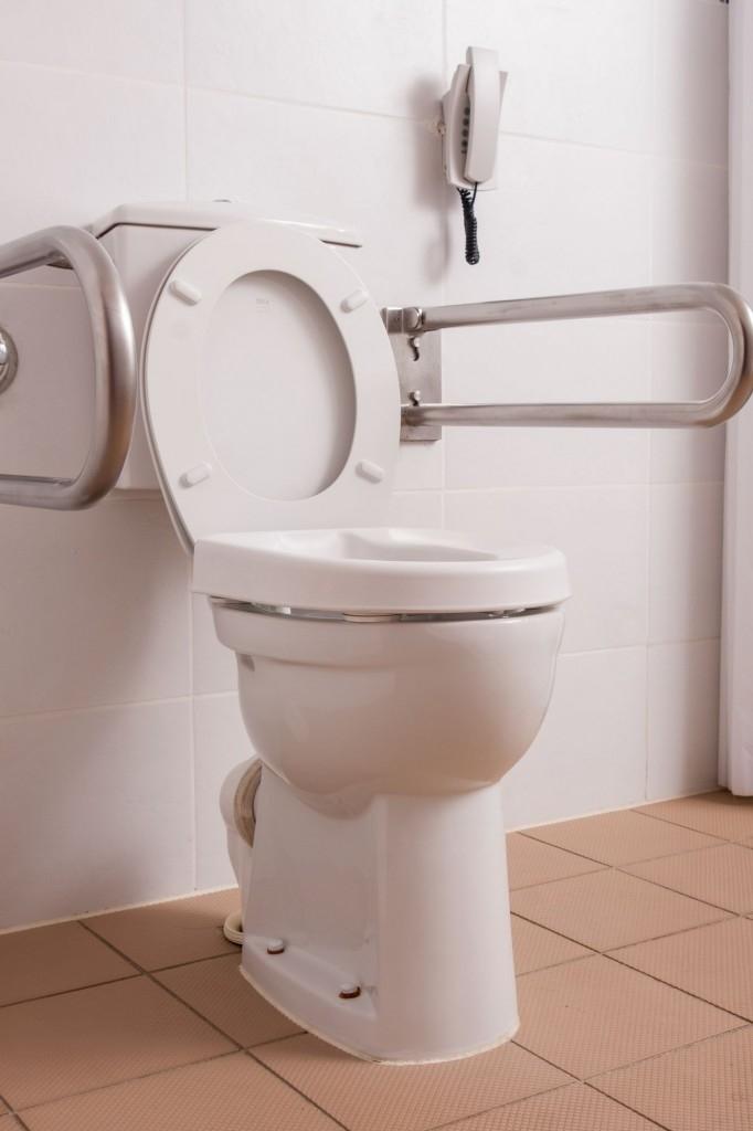 WC opatřené nastavitelným sedátkem a bezpečnostními madly