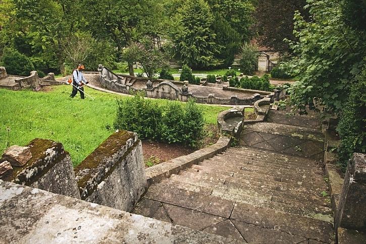 Dočištění zahrady po posekání sekačkou
