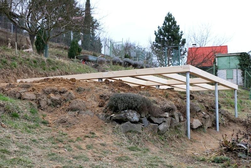 Postavte si zahradní domek či terasu ve svahu