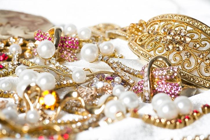 Jak zachovat krásu šperků i při běžném nošení? Pravidelným čištěním! (Zdroj: Depositphotos)