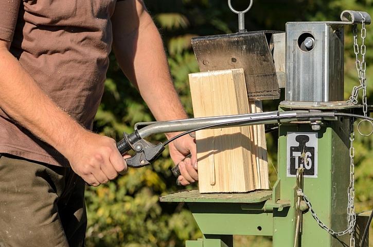 Štípačka na dřevo je neocenitelný pomocník, který se dře za nás, a my jen podáváme dřevo