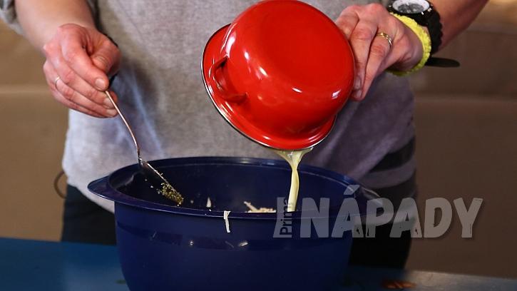 Pizza housky: ke směsi přidáme rozpuštění máslo