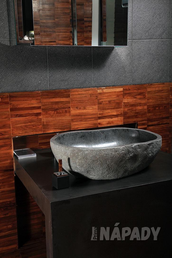 Kamenné umyvadlo v moderní koupelně