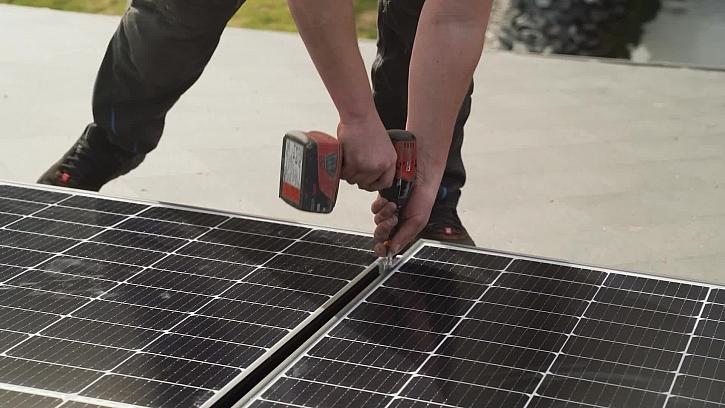 Montáž bateriového systému a jeho zapojení k fotovoltaický panelům