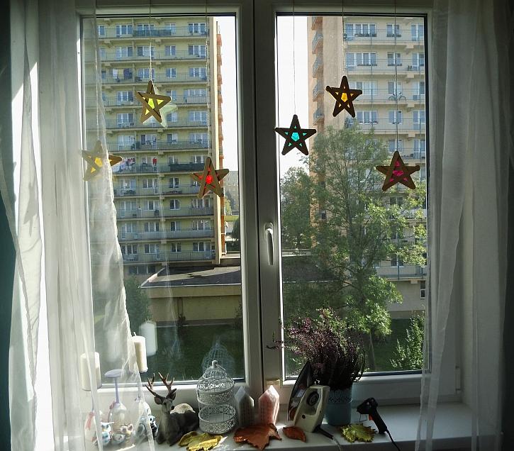 Dekorace na okně v podobě barevných hvězdiček (Zdroj: Adriana Dosedělová)