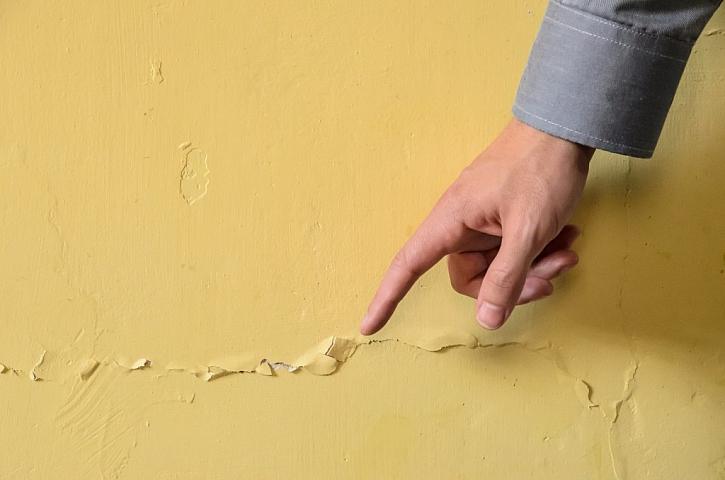 Praskliny povrchů stěn a stropů