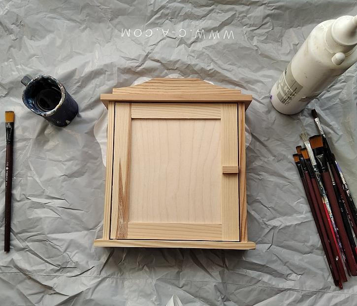 Pracovní stůl a dřevěná skříňka na klíče
