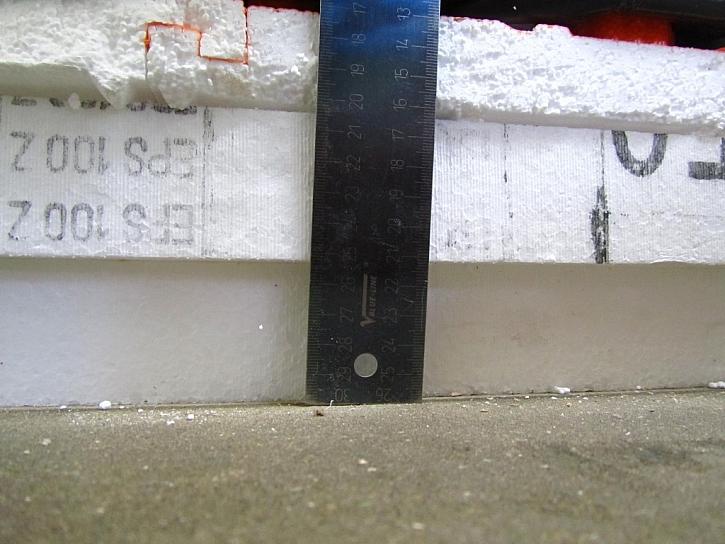 Desky EPS byly zcela chybně položeny přímo na nerovnosti vzniklé svařováním asfaltových pásů, vznikají dutiny šíře až 3 mm.
