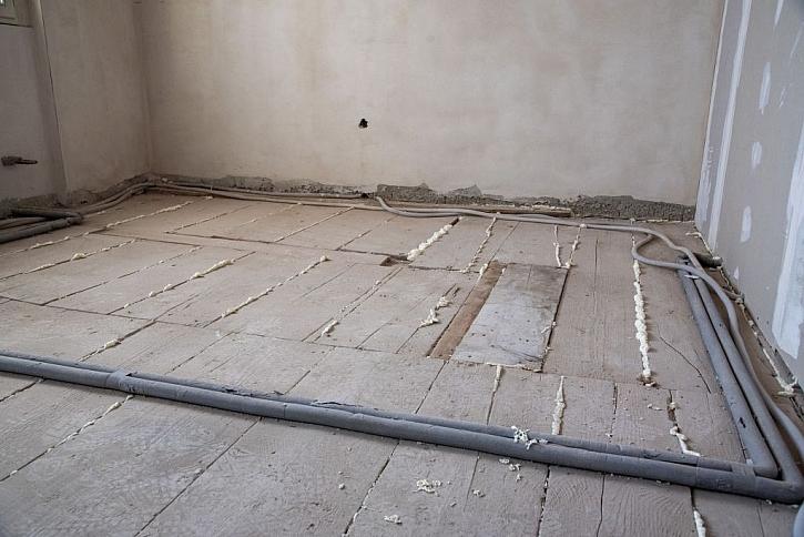 Rekonstrukce podlahy ve starším domě může být jednoduchá