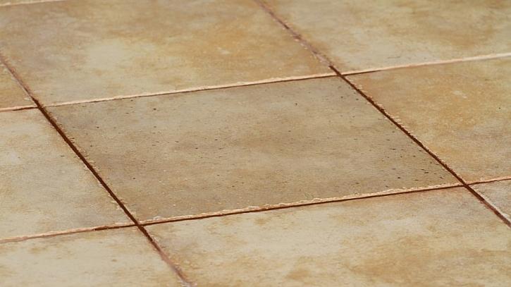 Vyměnit prasklou nebo oštíplou dlaždici není tak složité, jak by se mohlo zdát.