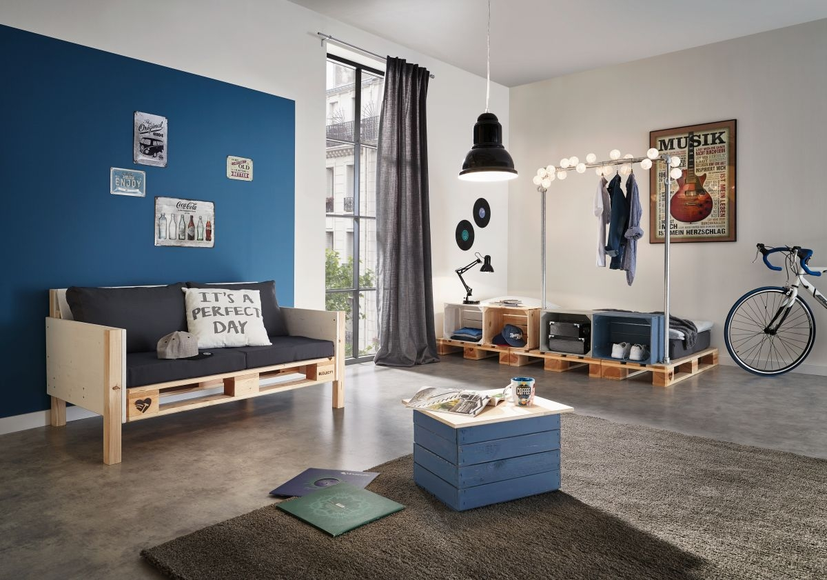 Originální dřevěný nábytek do obýváku z beden a palet