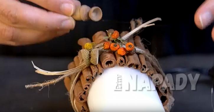 Svíčka s manžetou ze skořice: manžetu ozdobte
