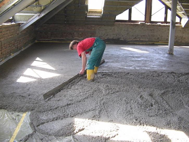 Co se lilo na půdy? Teplý beton!