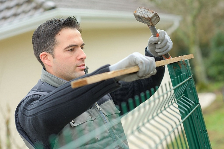 Jednotlivé části kovové plotu průběžně kontrolujte pomocí vodováhy a vyrovnávejte