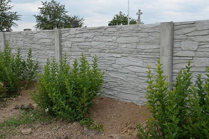 betonová zeď jako plot