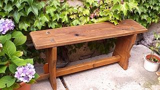 Stará lavice z borového dřeva s novou lazurou vypadá jako z pohádky
