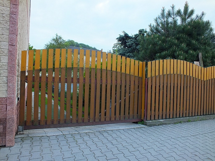 Antikutil - rostoucí plot s ostnáčem