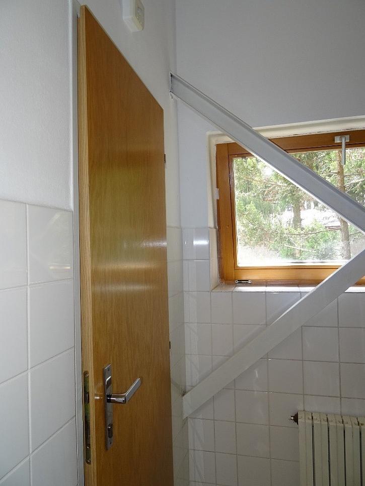 Okno zabarikádované zleva i zprava