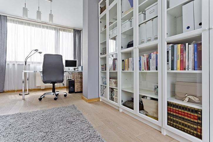 Velké skříně s prosklenými dveřmi působí vzdušně a pojmou mnoho věcí