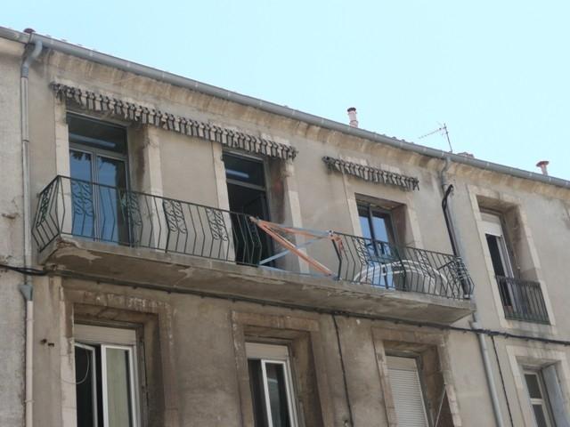 Antikutil - zábradlí na balkoně - pozor, hrozí volný pád!