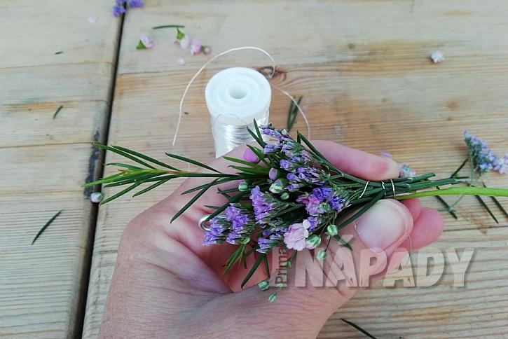 Květinový věneček do vlasů: navazujte květiny