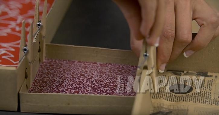 Závěsná papírová polička: krabice k sobě slepte