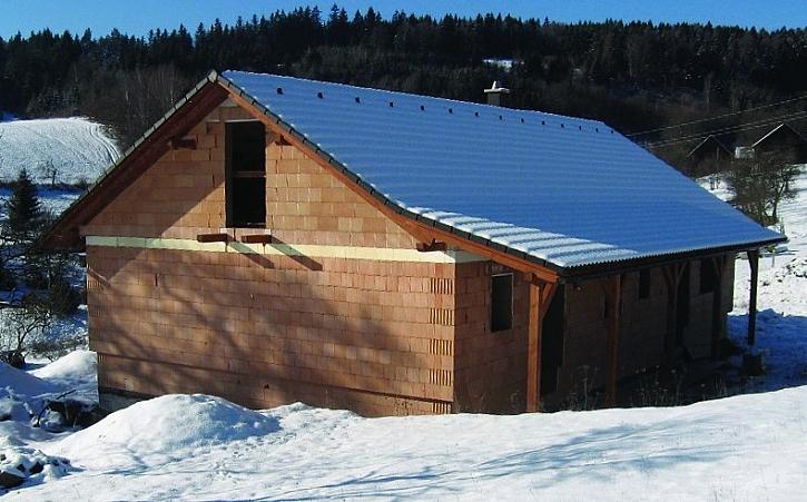Se zimními maltami HELUZ nebo zdicí pěnou HELUZ je možné stavět i v mírné zimě