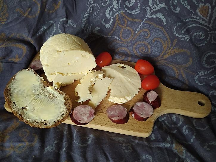 Domácí sýr bude vypadat jinak, než jak ho znáte z obchodu, ale bude z přírodních a čistých surovin bez chemie (Zdroj: Adriana Dosedělová)