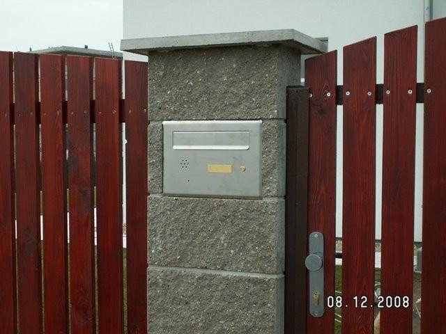 Poštovní schránka, dřevěné plotové pole