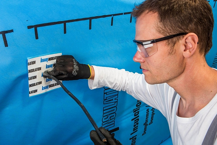 Parobrzda Homeseal LDS 2 od Knauf Insulation vytváří vzduchotěsnou a difúzně částečně otevřenou vrstvu. Prostupy ve střeše je třeba opatřit těsnícími manžetami.
