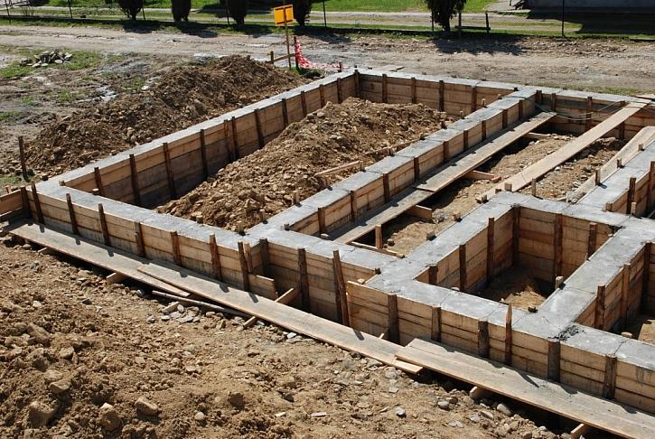 Po betonáži pasu s dřevěným bedněním
