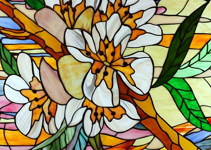 Imitace Tiffany hezky na okně vynikne