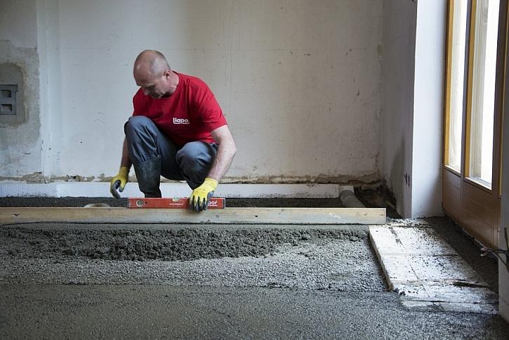 Realizace podkladu podlahy z lehkého betonu jde rychle od ruky.
